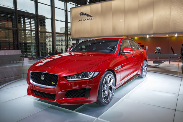 la jaguar xe lue plus belle voiture de l 39 ann e 2014. Black Bedroom Furniture Sets. Home Design Ideas